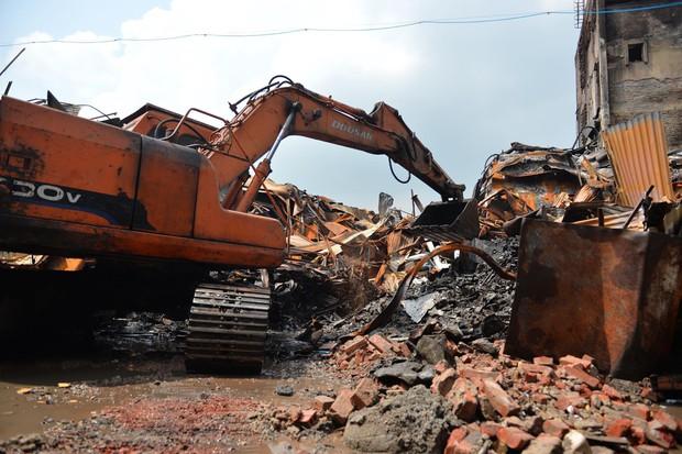 Binh chủng Hóa học tiến hành tẩy độc nhà xưởng Công ty Rạng Đông sau vụ cháy kinh hoàng - Ảnh 21.
