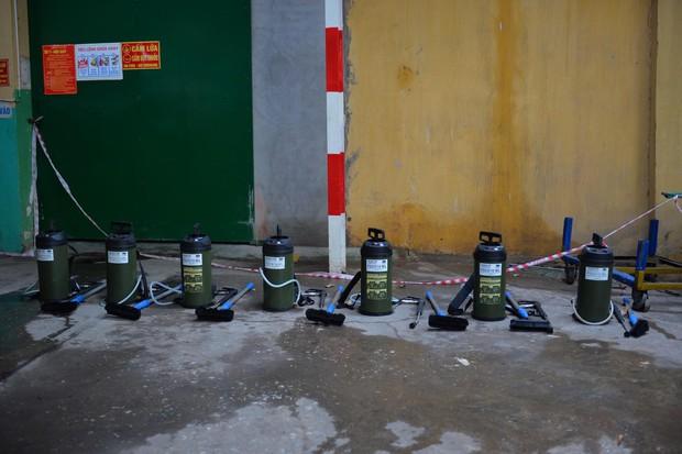 Binh chủng Hóa học tiến hành tẩy độc nhà xưởng Công ty Rạng Đông sau vụ cháy kinh hoàng - Ảnh 24.