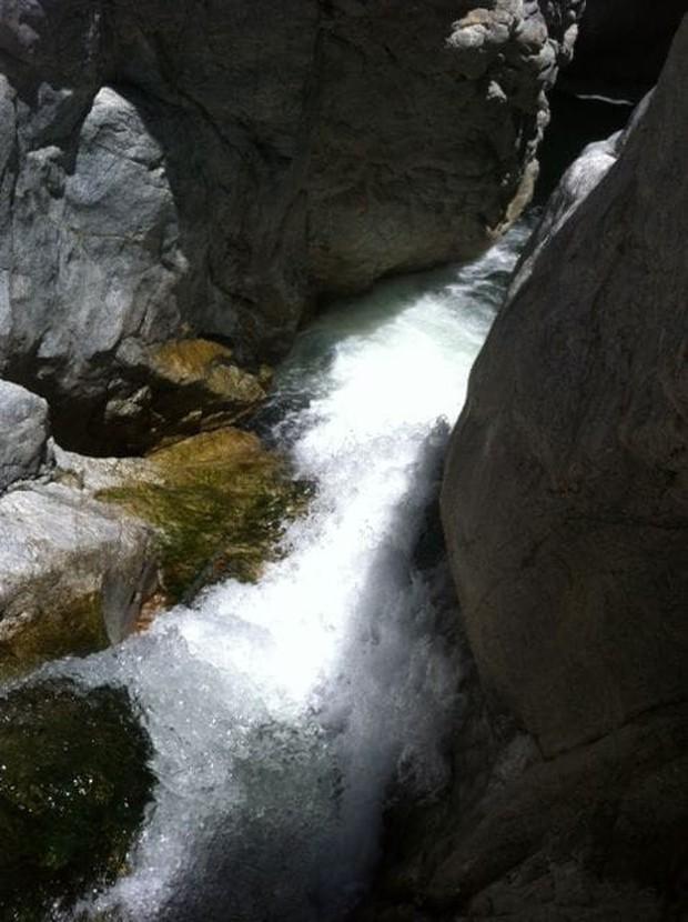 Gia đình 3 người bị cô lập trên đỉnh thác nước nhưng sớm được giải cứu nhờ một chi tiết như lấy ra từ trong phim - Ảnh 2.