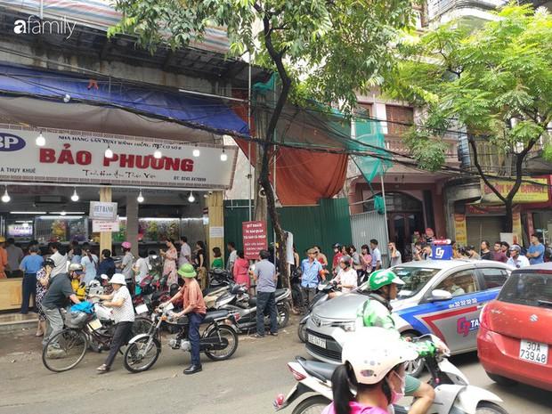 Sát ngày Rằm tháng 8, các tiệm bánh Trung thu cổ truyền tấp nập khách hàng mua bán, xếp hàng dài từ sáng sớm - Ảnh 1.