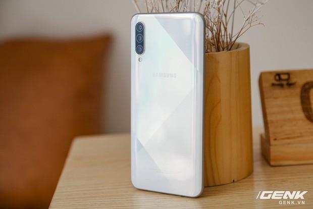 Sang chảnh hút mắt với Galaxy A50s: Thiết kế độc đáo, vân tay dưới màn hình, 3 camera mà giá chỉ 7.8 triệu - Ảnh 1.
