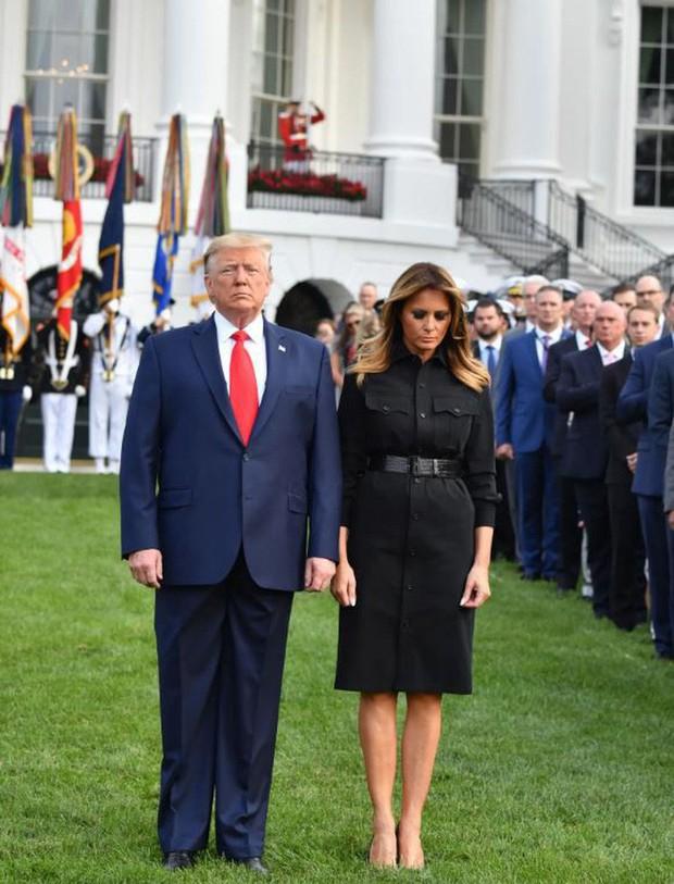 Đệ nhất phu nhân Mỹ bị chỉ trích vì chi tiết giời ơi đất hỡi trên váy khiến một số người liên tưởng đến thảm kịch 11/9 - Ảnh 1.