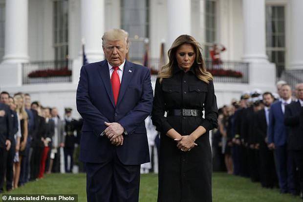 Đệ nhất phu nhân Mỹ bị chỉ trích vì chi tiết giời ơi đất hỡi trên váy khiến một số người liên tưởng đến thảm kịch 11/9 - Ảnh 2.