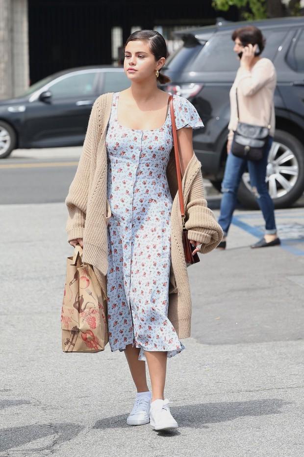 Selena Gomez có một công thức diện váy thu cực xinh tươi, bay bổng mà nàng nào diện cũng sẽ lên đời phong cách - Ảnh 1.