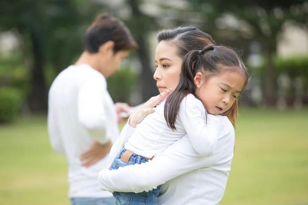 Đằng sau người mẹ hay gắt gỏng, quát mắng con là một người cha vắng mặt - Ảnh 2.