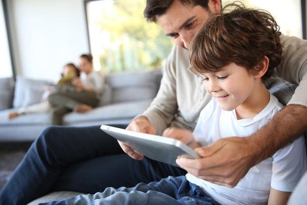 Kỹ năng số 1 chuyên gia ĐH Stanford khuyên dạy nếu muốn trẻ thông minh, nhưng ít cha mẹ nào làm được: Phụ huynh Việt hay cho con chơi iPad, iPhone nên biết! - Ảnh 2.