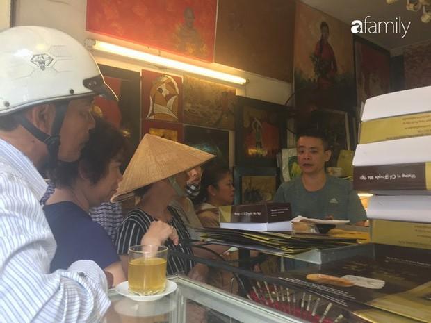 Sát ngày Rằm tháng 8, các tiệm bánh Trung thu cổ truyền tấp nập khách hàng mua bán, xếp hàng dài từ sáng sớm - Ảnh 7.