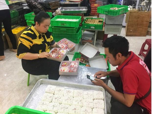 Sát ngày Rằm tháng 8, các tiệm bánh Trung thu cổ truyền tấp nập khách hàng mua bán, xếp hàng dài từ sáng sớm - Ảnh 12.