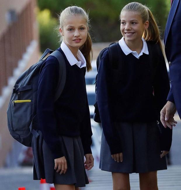 2 công chúa Tây Ban Nha nổi bật với đồng phục siêu xinh lại còn khiến dân tình tan chảy bởi nhan sắc thiên thần - Ảnh 3.