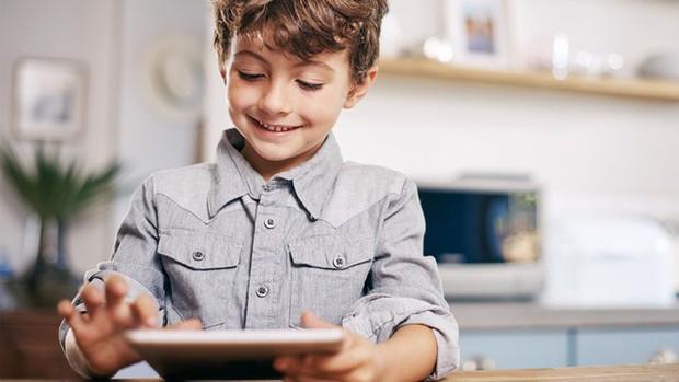 Kỹ năng số 1 chuyên gia ĐH Stanford khuyên dạy nếu muốn trẻ thông minh, nhưng ít cha mẹ nào làm được: Phụ huynh Việt hay cho con chơi iPad, iPhone nên biết! - Ảnh 3.