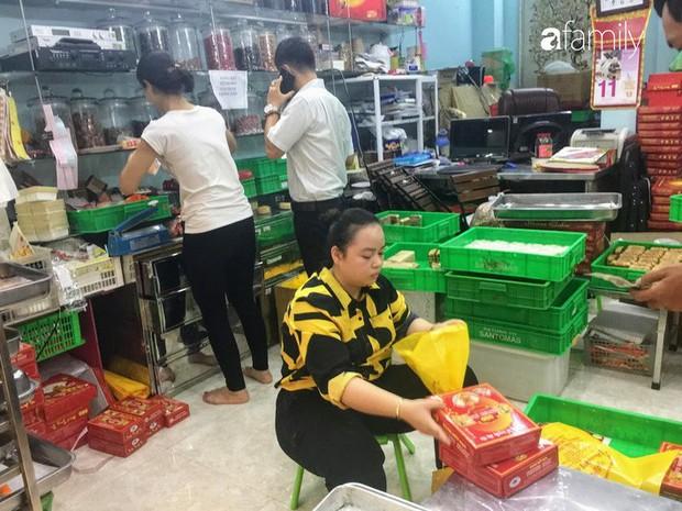 Sát ngày Rằm tháng 8, các tiệm bánh Trung thu cổ truyền tấp nập khách hàng mua bán, xếp hàng dài từ sáng sớm - Ảnh 13.