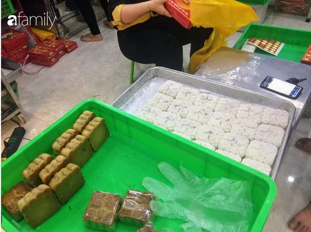 Sát ngày Rằm tháng 8, các tiệm bánh Trung thu cổ truyền tấp nập khách hàng mua bán, xếp hàng dài từ sáng sớm - Ảnh 14.