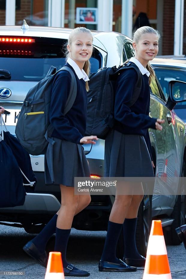 2 công chúa Tây Ban Nha nổi bật với đồng phục siêu xinh lại còn khiến dân tình tan chảy bởi nhan sắc thiên thần - Ảnh 4.