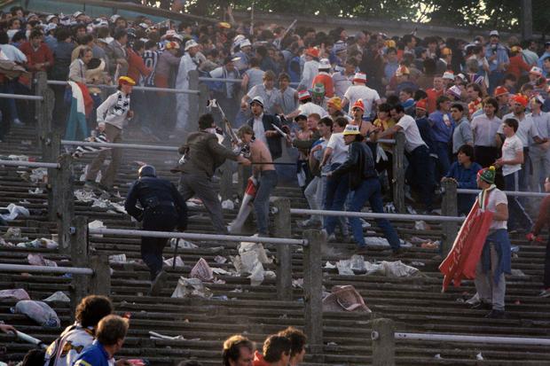 Trước vụ nữ CĐV bị bỏng do pháo sáng, thế giới từng chứng kiến thảm kịch tồi tệ do đám đông hooligan gây ra trên khán đài khiến 39 người chết - Ảnh 4.