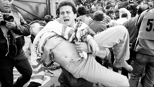 Trước vụ nữ CĐV bị bỏng do pháo sáng, thế giới từng chứng kiến thảm kịch tồi tệ do đám đông hooligan gây ra trên khán đài khiến 39 người chết - Ảnh 5.