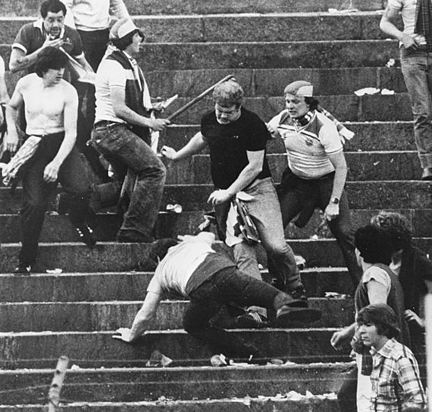 Trước vụ nữ CĐV bị bỏng do pháo sáng, thế giới từng chứng kiến thảm kịch tồi tệ do đám đông hooligan gây ra trên khán đài khiến 39 người chết - Ảnh 6.