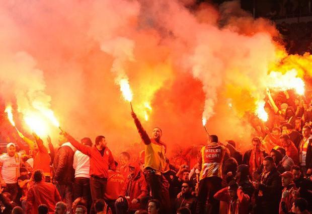 Trước vụ nữ CĐV bị bỏng do pháo sáng, thế giới từng chứng kiến thảm kịch tồi tệ do đám đông hooligan gây ra trên khán đài khiến 39 người chết - Ảnh 8.