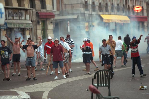 Trước vụ nữ CĐV bị bỏng do pháo sáng, thế giới từng chứng kiến thảm kịch tồi tệ do đám đông hooligan gây ra trên khán đài khiến 39 người chết - Ảnh 9.