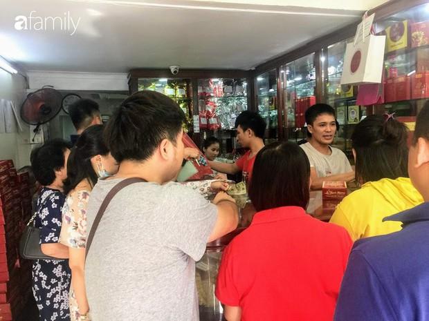 Sát ngày Rằm tháng 8, các tiệm bánh Trung thu cổ truyền tấp nập khách hàng mua bán, xếp hàng dài từ sáng sớm - Ảnh 4.