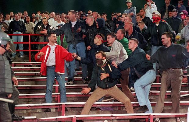 Trước vụ nữ CĐV bị bỏng do pháo sáng, thế giới từng chứng kiến thảm kịch tồi tệ do đám đông hooligan gây ra trên khán đài khiến 39 người chết - Ảnh 10.