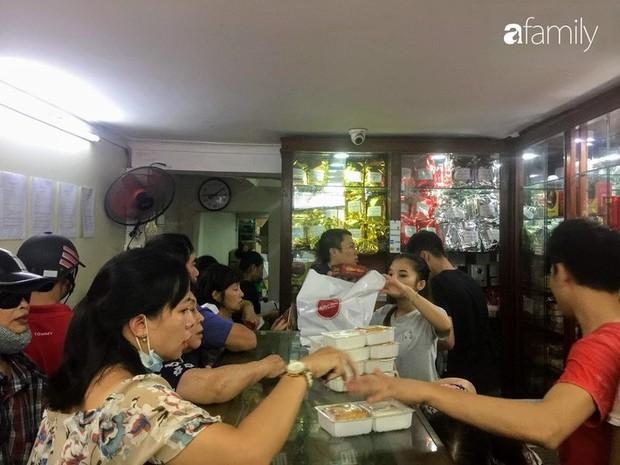 Sát ngày Rằm tháng 8, các tiệm bánh Trung thu cổ truyền tấp nập khách hàng mua bán, xếp hàng dài từ sáng sớm - Ảnh 5.