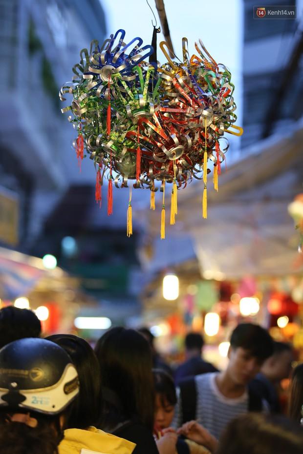 Hàng ngàn người chen nhau toát mồ hôi tại Phố lồng đèn Sài Gòn trong đêm Trung thu - Ảnh 16.