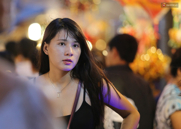 Hàng ngàn người chen nhau toát mồ hôi tại Phố lồng đèn Sài Gòn trong đêm Trung thu - Ảnh 10.