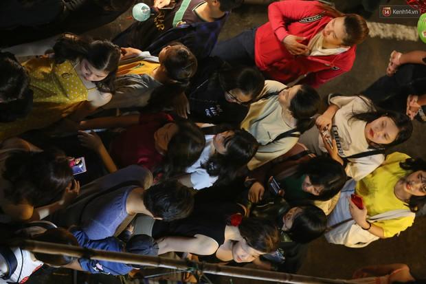 Hàng ngàn người chen nhau toát mồ hôi tại Phố lồng đèn Sài Gòn trong đêm Trung thu - Ảnh 3.