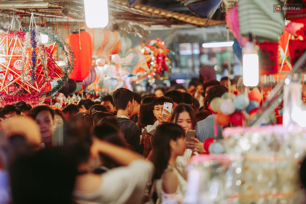 Hàng ngàn người chen nhau toát mồ hôi tại Phố lồng đèn Sài Gòn trong đêm Trung thu - Ảnh 14.