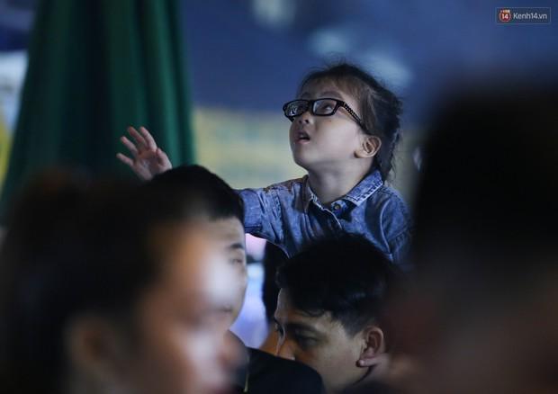 Hàng ngàn người chen nhau toát mồ hôi tại Phố lồng đèn Sài Gòn trong đêm Trung thu - Ảnh 13.