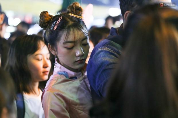 Hàng ngàn người chen nhau toát mồ hôi tại Phố lồng đèn Sài Gòn trong đêm Trung thu - Ảnh 8.