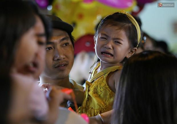 Hàng ngàn người chen nhau toát mồ hôi tại Phố lồng đèn Sài Gòn trong đêm Trung thu - Ảnh 12.