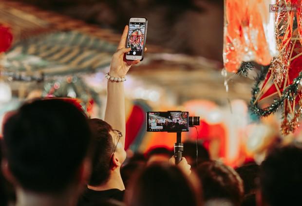 Hàng ngàn người chen nhau toát mồ hôi tại Phố lồng đèn Sài Gòn trong đêm Trung thu - Ảnh 6.