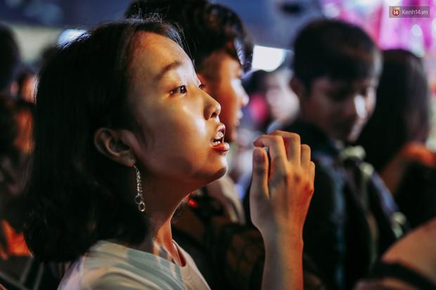Hàng ngàn người chen nhau toát mồ hôi tại Phố lồng đèn Sài Gòn trong đêm Trung thu - Ảnh 7.