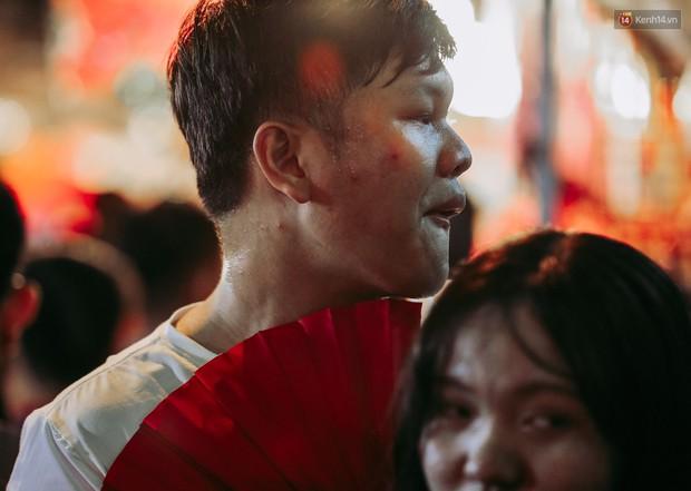 Hàng ngàn người chen nhau toát mồ hôi tại Phố lồng đèn Sài Gòn trong đêm Trung thu - Ảnh 11.