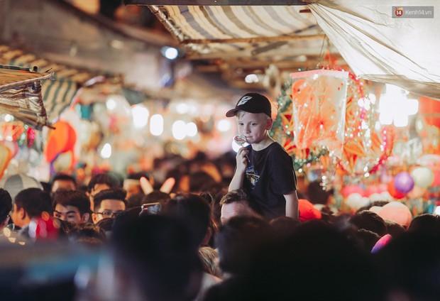 Hàng ngàn người chen nhau toát mồ hôi tại Phố lồng đèn Sài Gòn trong đêm Trung thu - Ảnh 4.