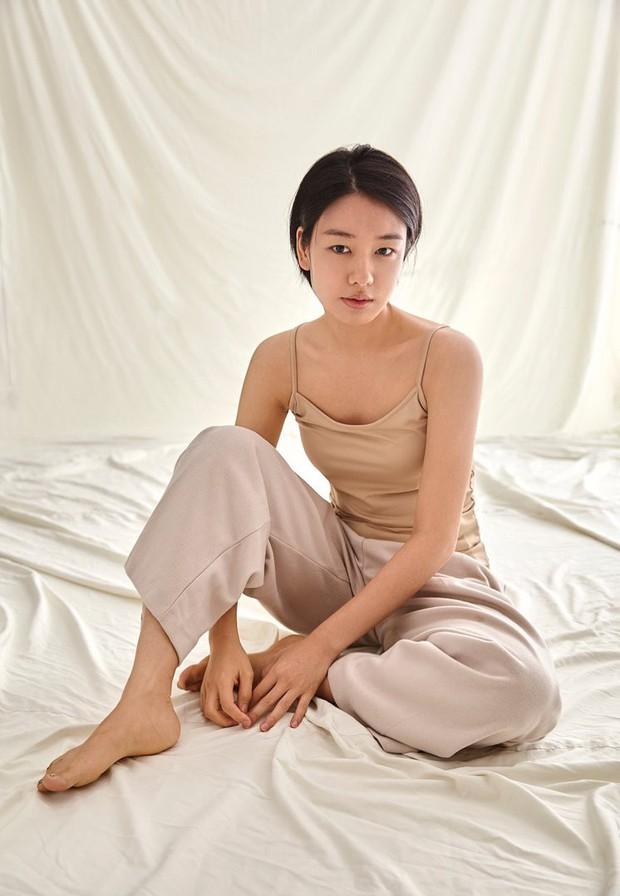 Dàn sao phim ngụ ý ăn thịt người Strangers From Hell: Lee Dong Wook và nam thần Kpop dính phốt, 2 nữ phụ xinh bất ngờ - Ảnh 26.