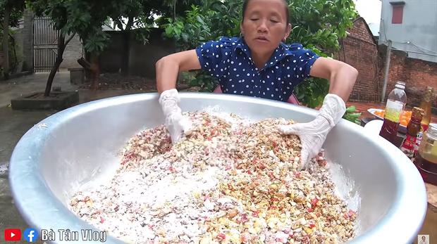 Bà Tân làm bánh Trung thu nhân thập cẩm siêu to khổng lồ, làm xong còn đòi mang... lên trời phá cỗ - Ảnh 5.