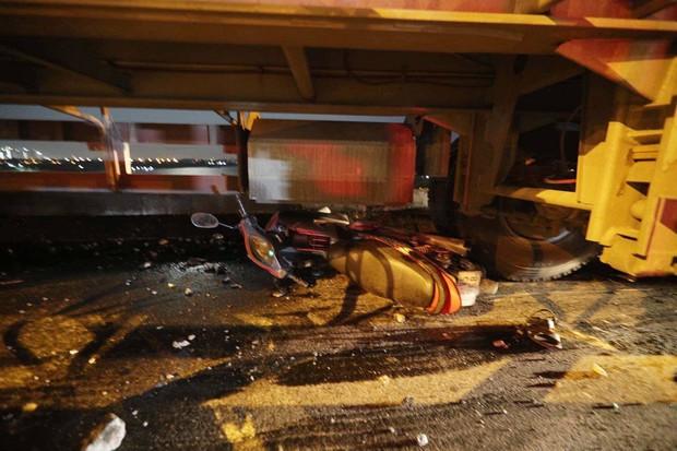 Nóng: Container mất lái tông hàng loạt xe máy trên cầu Thanh Trì, đang trục vớt 1 nạn nhân bị rơi xuống sông - Ảnh 4.