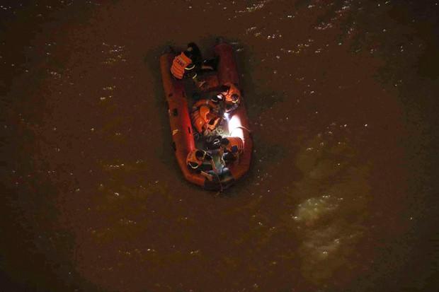 Nóng: Container mất lái tông hàng loạt xe máy trên cầu Thanh Trì, đang trục vớt 1 nạn nhân bị rơi xuống sông - Ảnh 5.