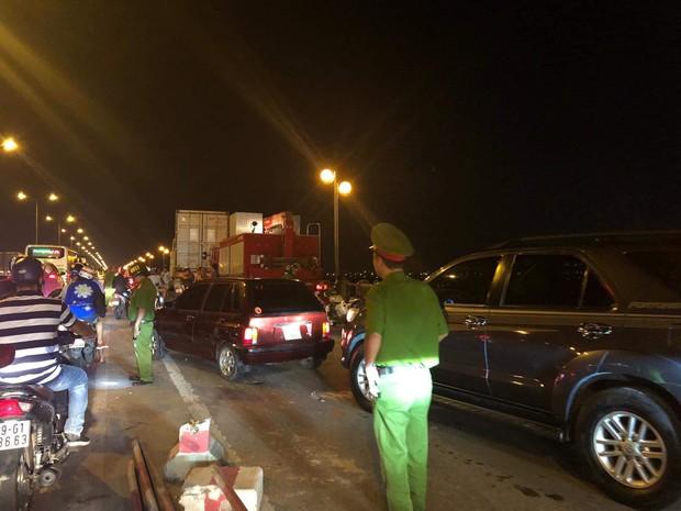 Nóng: Container mất lái tông hàng loạt xe máy trên cầu Thanh Trì, đang trục vớt 1 nạn nhân bị rơi xuống sông - Ảnh 9.