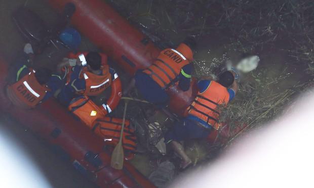 Nóng: Container mất lái tông hàng loạt xe máy trên cầu Thanh Trì, đang trục vớt 1 nạn nhân bị rơi xuống sông - Ảnh 11.