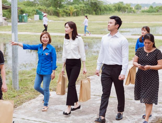 Đặng Thu Thảo béo lên trông thấy, cùng Shark Khoa về quê nhà Bạc Liêu tặng quà Trung thu cho bà con - Ảnh 1.