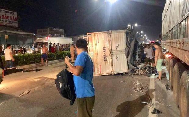 Đi chơi trung thu, nam thanh niên bị xe tải lật trên Quốc lộ 13 đè trúng nguy kịch - Ảnh 1.