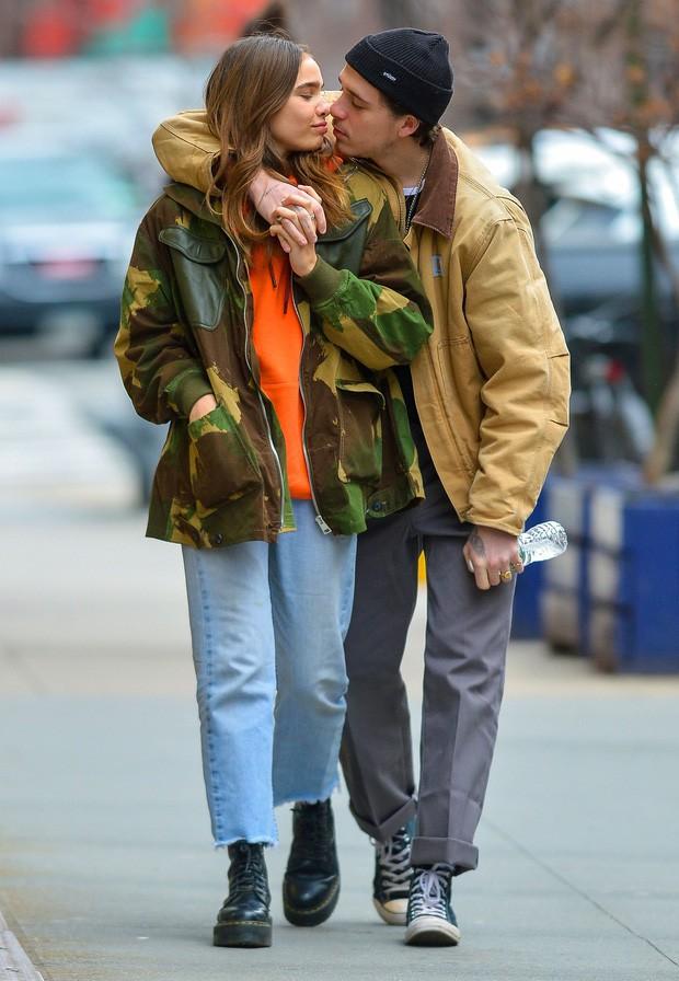 Lần đầu cùng dự sự kiện hậu chia tay, biểu cảm trái ngược của Brooklyn Beckham và Hana Cross gây chú ý - Ảnh 4.