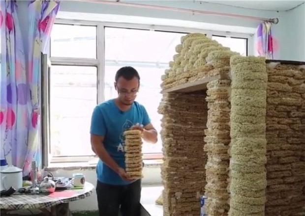 Ông bố chơi trội nhất năm: Xây căn nhà đồ chơi siêu to khổng lồ bằng... 2000 gói mì tôm để chào đón con trai sắp chào đời - Ảnh 1.