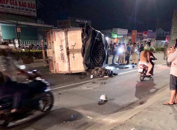 Đi chơi trung thu, nam thanh niên bị xe tải lật trên Quốc lộ 13 đè trúng nguy kịch - Ảnh 2.