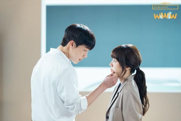 6 chàng phi công điển trai trên phim Hàn: Quản lý Goo (Hotel Del Luna) vẫn chưa cưng bằng trai trẻ của Chị Đẹp? - Ảnh 2.