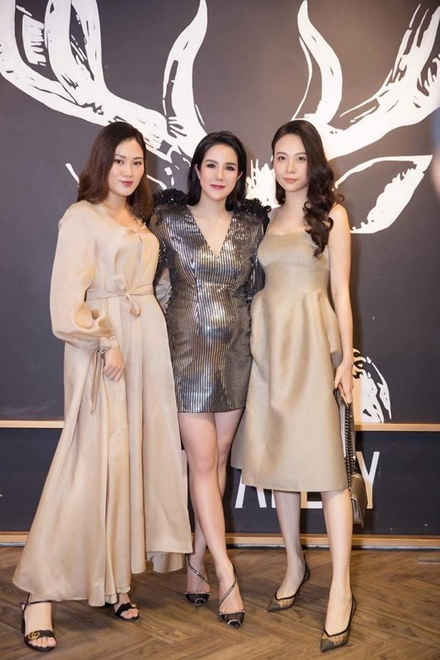 Cũng giống nhiều cô nàng, Đàm Thu Trang thích một dáng váy là sắm liền 2 chiếc nhìn chẳng khác nhau là mấy - Ảnh 1.