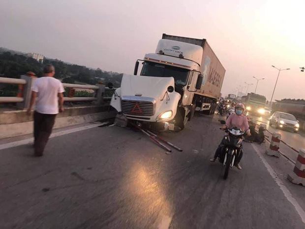 Nóng: Container mất lái tông hàng loạt xe máy trên cầu Thanh Trì, đang trục vớt 1 nạn nhân bị rơi xuống sông - Ảnh 2.